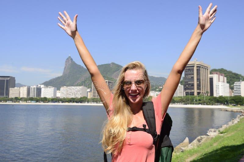 Weibliches touristisches Reisen bei Rio de Janeiro mit Christus-Erlöser. stockfotos