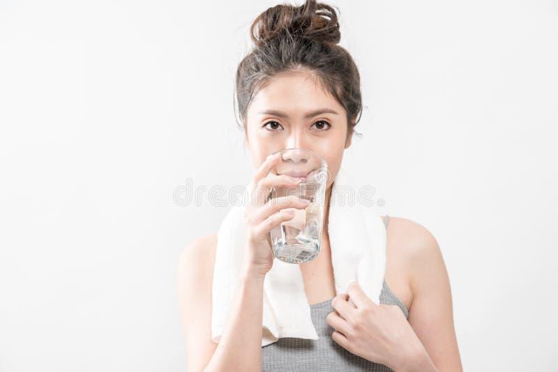 Weibliches Trinken von einem Glas Wasser stockfotografie