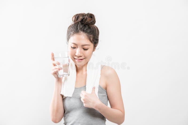 Weibliches Trinken von einem Glas Wasser lizenzfreie stockfotografie