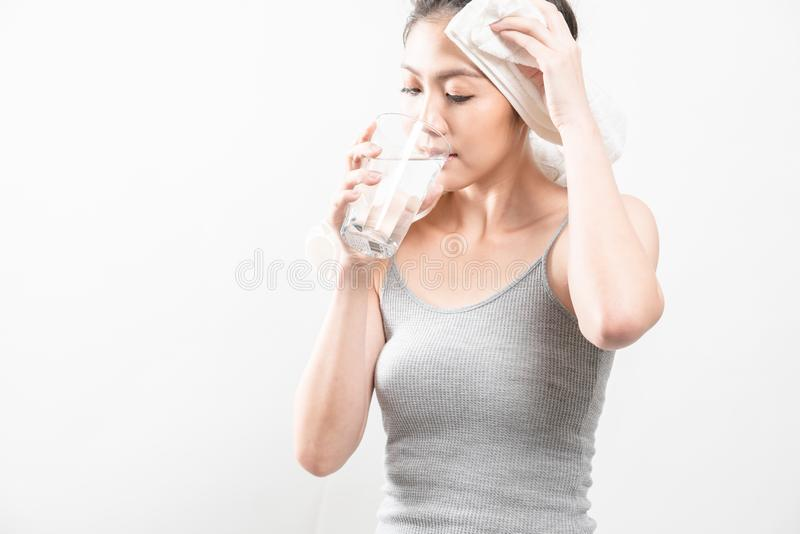 Weibliches Trinken von einem Glas Wasser lizenzfreie stockbilder