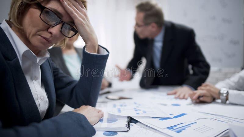 Weibliches Versuchen, von schreiendem Chef, beruflicher Burnout zu extrahieren, überbelastet lizenzfreie stockbilder