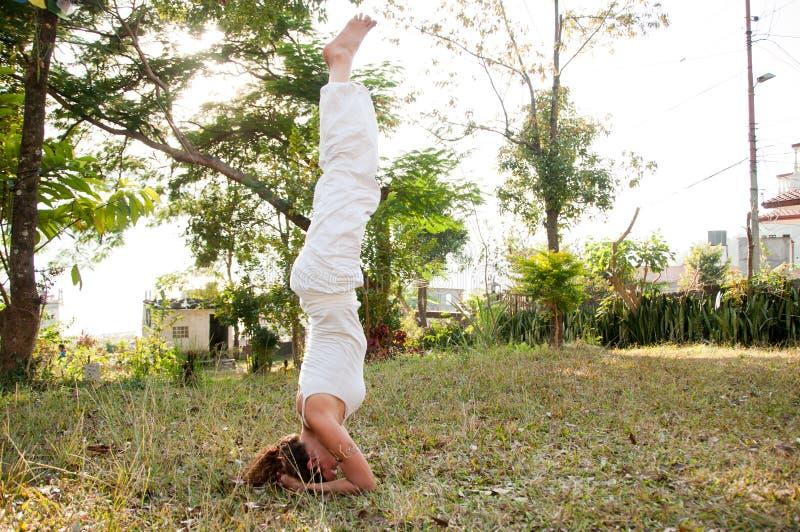 Weibliches Yoga-Original stockfoto