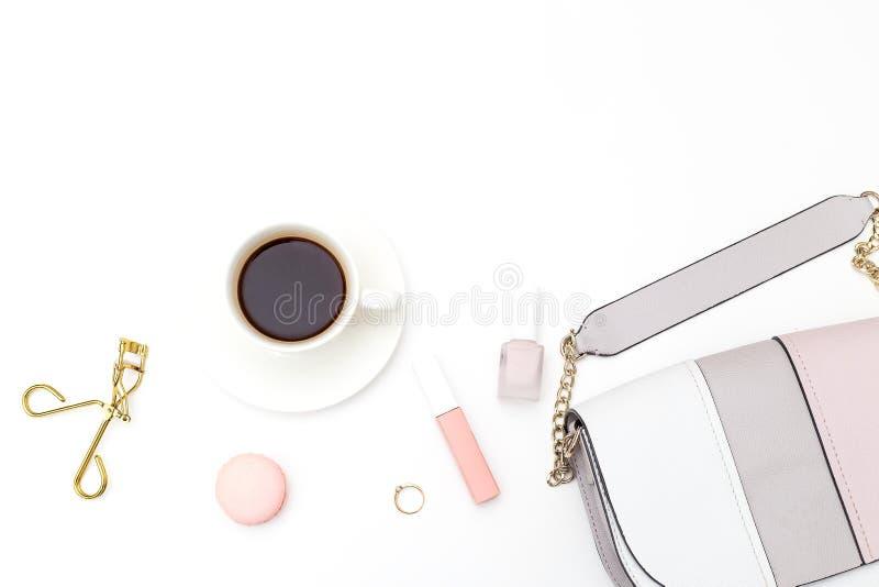 Weibliches Zubehör und Kosmetik auf einem weißen Hintergrund Kopieren Sie Badekurort lizenzfreie stockbilder