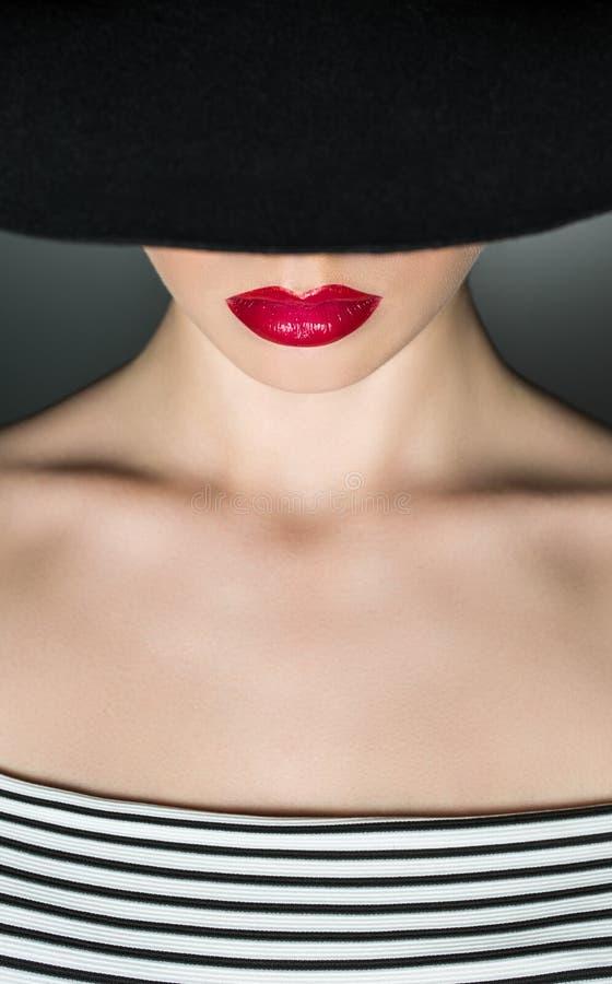Weiblichkeit im Zubehör und im Blick stockbild