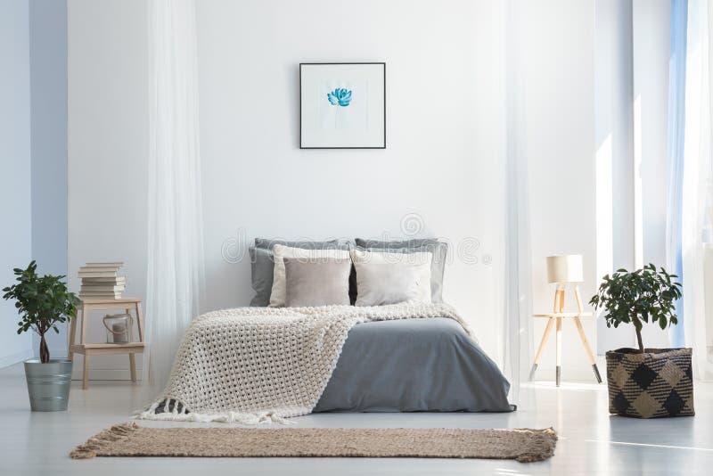 Weich graues und blaues Schlafzimmer stockfotografie