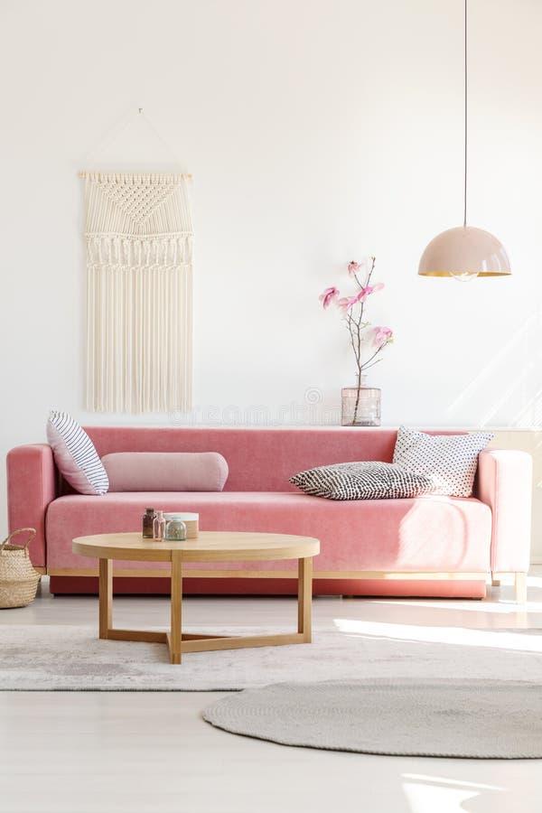 Weich, wärmen Sie Wohnzimmerinnenraum mit einem gemütlichen, Samtsofa, millen lizenzfreie stockfotografie