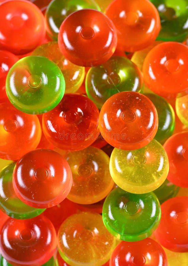Weiche Farben Abschluss oben Beschneidungspfad eingeschlossen Bunter grüner, roter und gelber Konfektsüßigkeitshintergrund lizenzfreies stockfoto