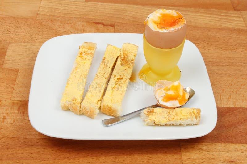 Weiche gekochte Ei- und Toastsoldaten stockbild