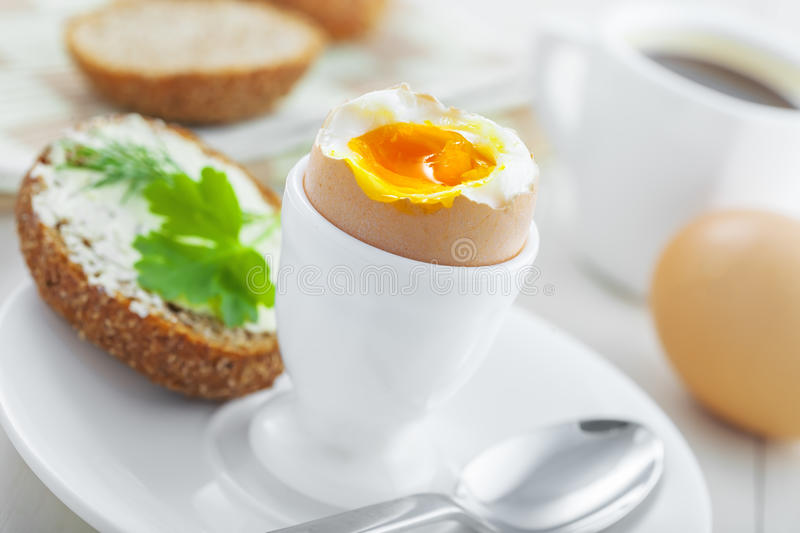 Weiche gekochtes Eifrühstück lizenzfreie stockbilder