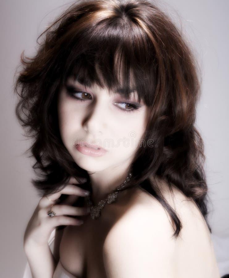 Weiche Glühenbrunette-Frau stockbild