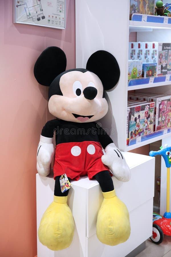 Weiche große Spielzeugzeichentrickfilm-figur, Mickymausfirma Walt Disney im Speicher der Kinder Welt moskau 14 12 2018 stockfotografie