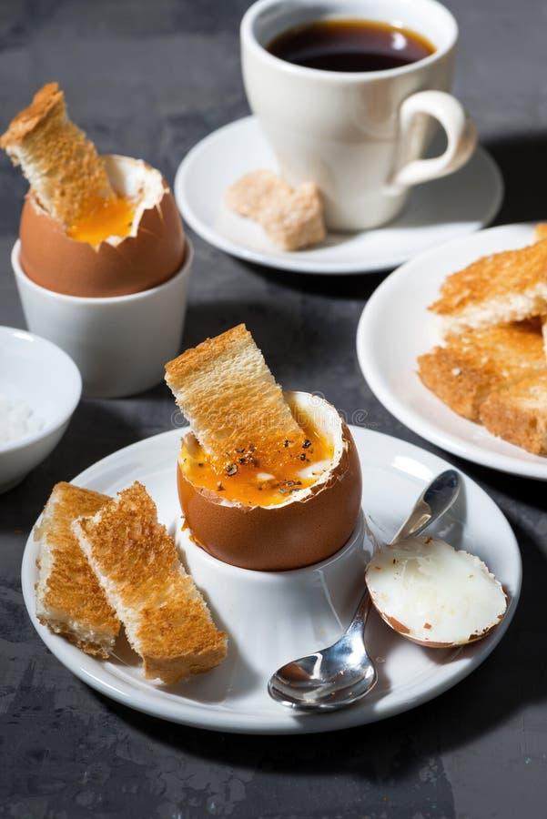 Weiche kochte Ei, Toast und Kaffee zum Frühstück lizenzfreie stockbilder
