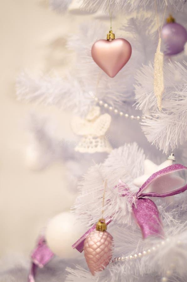 Weiche Pastellweihnachtsbaumdekoration auf einem Weihnachtspelzbaum lizenzfreie stockfotografie