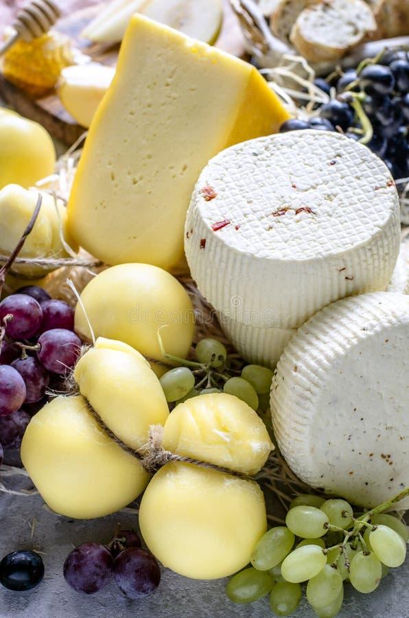 Weiche und Hartkäse mit Trauben stockbild