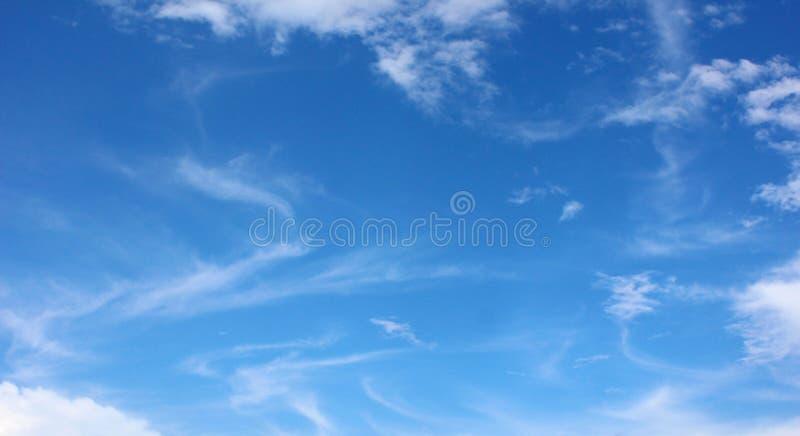 Weiche weiße Wolken gegen blauen Himmel stockfoto