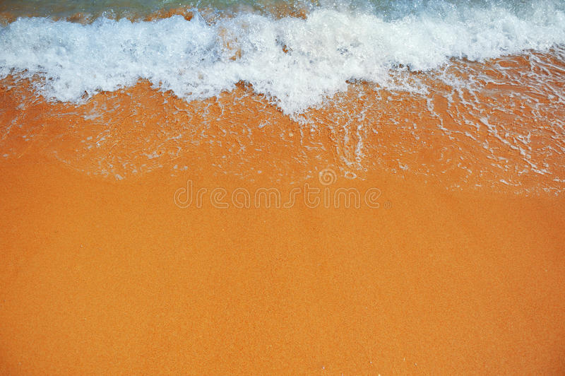 Weiche Welle des Meeres auf dem sandigen Strand stockbilder