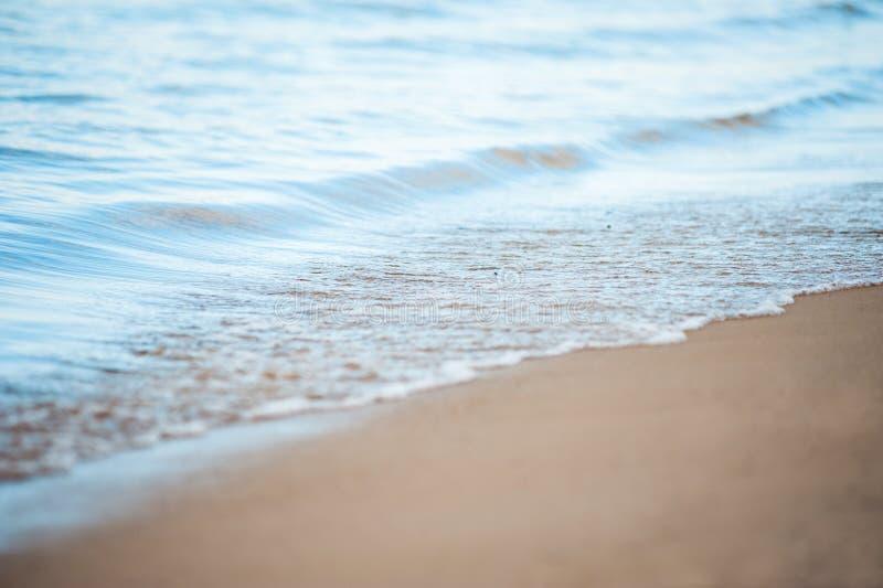 Weiche Welle des Meeres auf dem sandigen Strand lizenzfreie stockfotografie