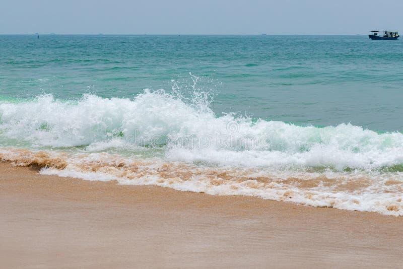 Weiche Welle von einem Ozean auf sandigem Strand lizenzfreies stockbild