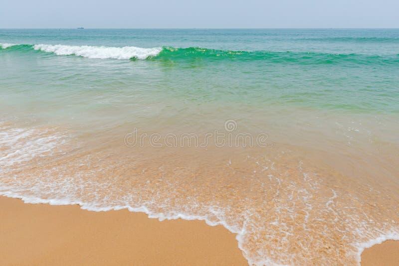 Weiche Welle von einem Ozean auf sandigem Strand lizenzfreie stockbilder
