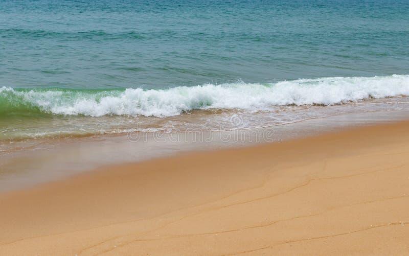 Weiche Welle von einem Ozean auf sandigem Strand stockfotos