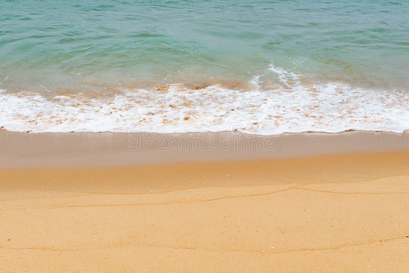 Weiche Welle von einem Ozean auf sandigem Strand lizenzfreie stockfotos