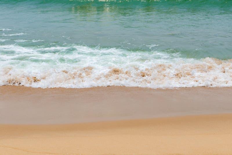 Weiche Welle von einem Ozean auf sandigem Strand stockbild