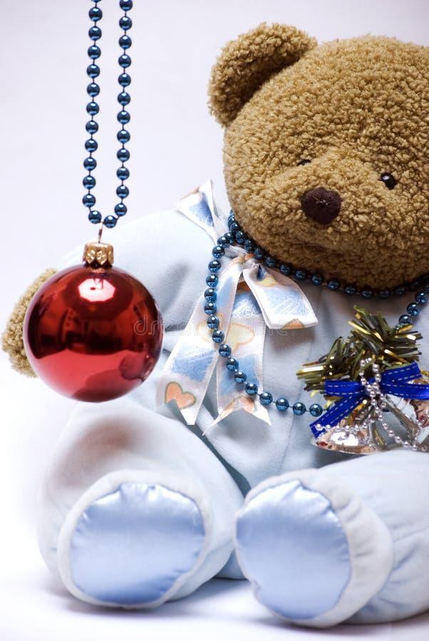 Weicher Bär mit Weihnachtskugel stockfotografie