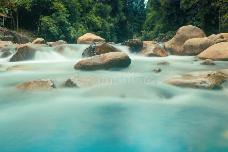Weicher blauer Wasserfall lizenzfreie stockfotografie