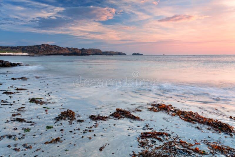 Weicher Farbsonnenaufgang auf Iona-Strand, Schottland stockbild