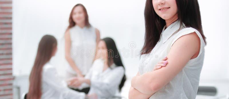 Weicher Fokus ?berzeugte junge Frau auf dem Hintergrund des B?ros lizenzfreie stockfotografie