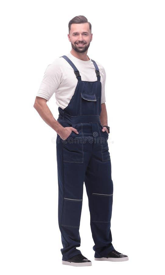 Weicher Fokus lächelnder Mann im Overall, der vorwärts schaut, um Raum zu kopieren stockfotografie