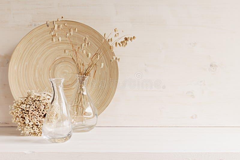 Weicher Hauptdekor des Glasvase mit den Ährchen und hölzerner Platte auf weißem hölzernem Hintergrund lizenzfreie stockbilder