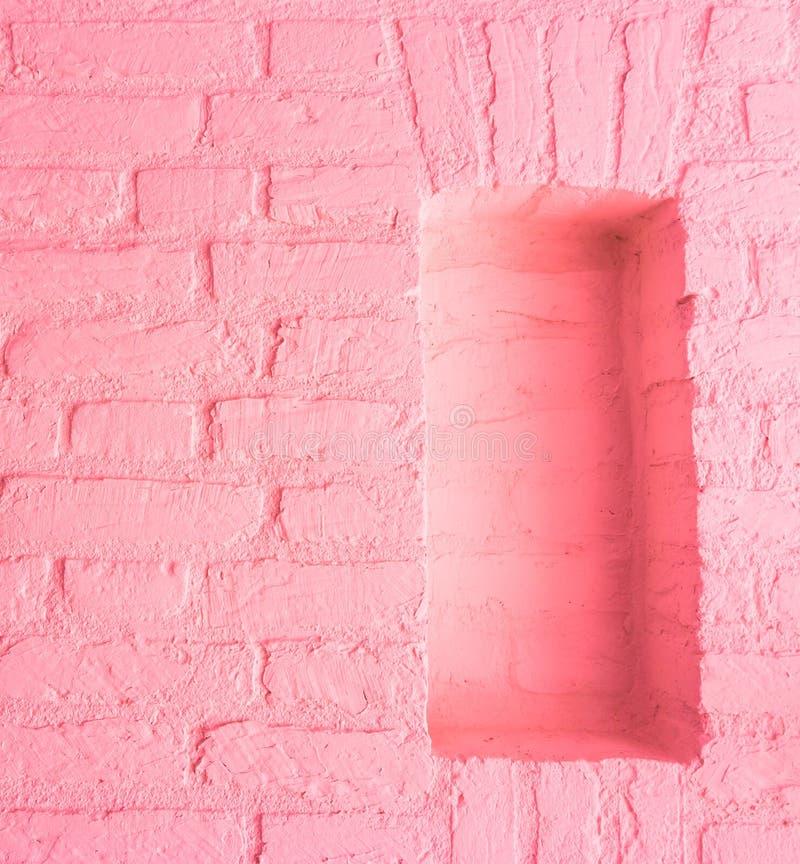 Weicher hellrosa Steinbacksteinmauerhintergrund der modernen Weinlese mit leerem Fensterraum lizenzfreie stockbilder