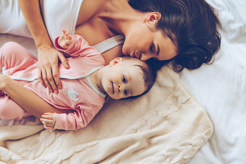 Weicher Kuss von der Mama lizenzfreies stockbild