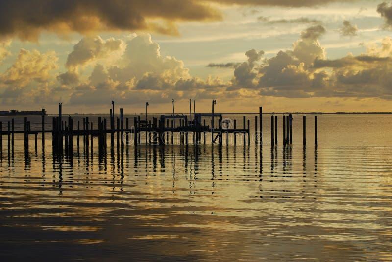 Weicher Sonnenuntergang über dem Friedensfluß stockbild