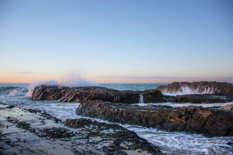 Weicher Sonnenuntergang, Currumbin-Felsen, Queensland, Australien stockfotografie