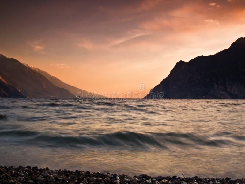 Weicher Sonnenuntergang des Mountainsees lizenzfreie stockfotos