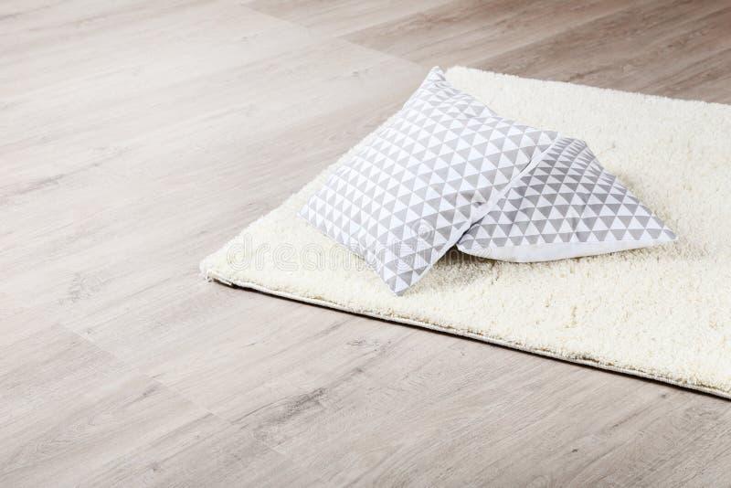 Weicher Teppich mit Kissen lizenzfreies stockbild