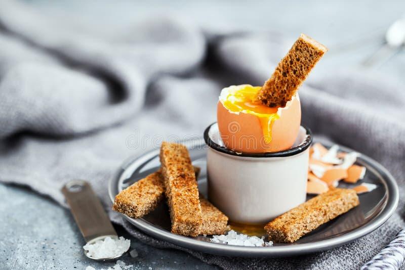 Weiches gekochtes Ei mit Roggentoast zum Frühstück stockbild