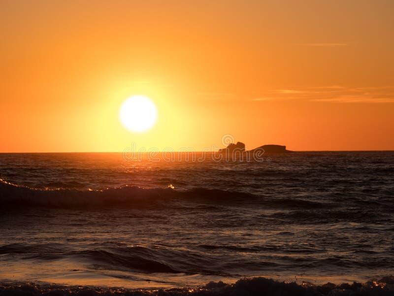 Weiches goldenes Licht nachgedacht über Ozean bei Sonnenuntergang stockfotos
