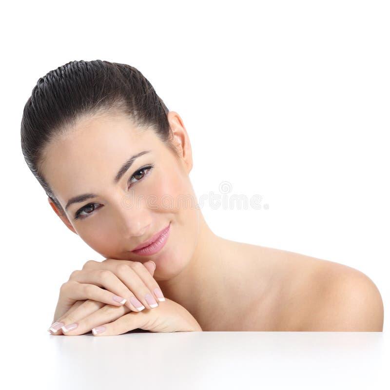 Weiches Hautgesicht und -hände der Schönheitsfrau mit französischer Maniküre stockfotografie