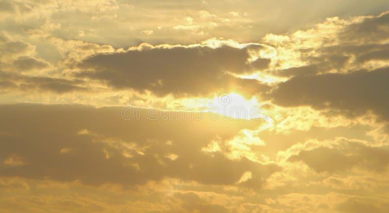 Weiches Licht des Goldwolkenhimmels mit Morgen lizenzfreie stockbilder