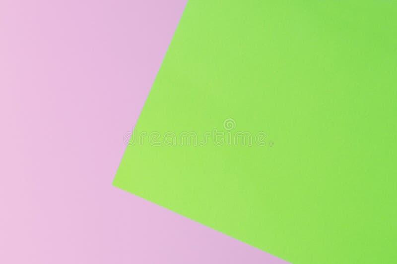 Weiches Rosa und Grünbuch als Beschaffenheitshintergrund Flache Lage Minimales Konzept stockfoto