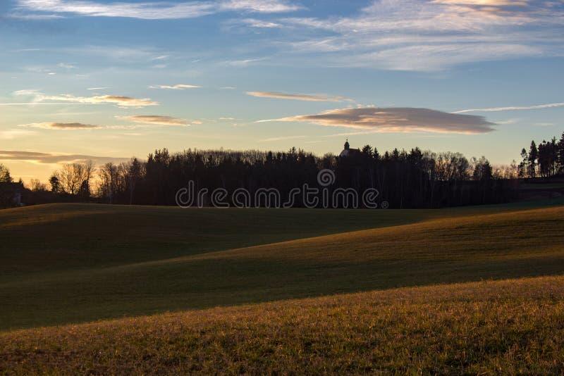 Weiches Sonnenaufganglicht im Hochland stockfotografie