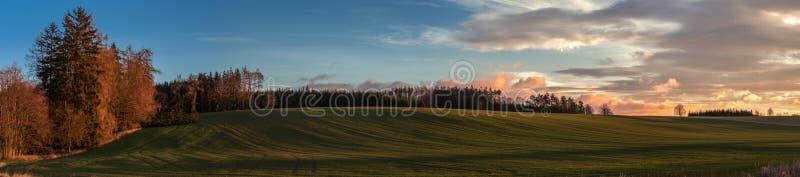 Weiches Sonnenaufganglicht im Hochlandfeldpanorama lizenzfreie stockfotografie