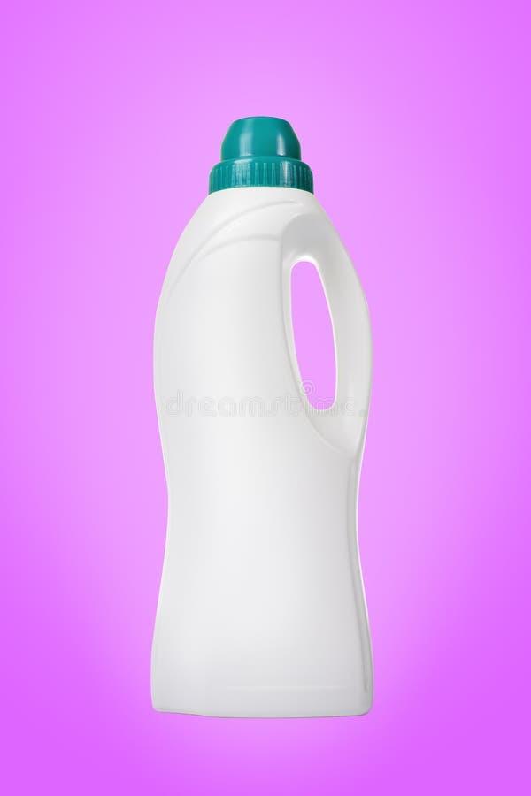 Weichmachungsmittel in der weißen Plastikflasche lokalisiert lizenzfreie stockfotografie