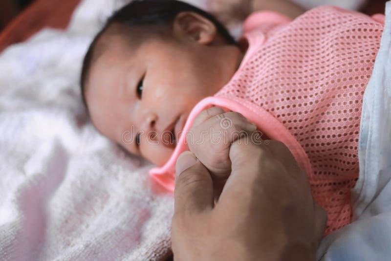 Weichzeichnung der neugeborenen kleinen Babyhand auf Elternteil lizenzfreie stockfotos