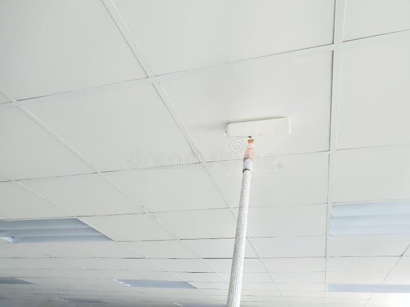 Weichzeichnung des Malens eines Dachs des neuen Büros stockfotografie
