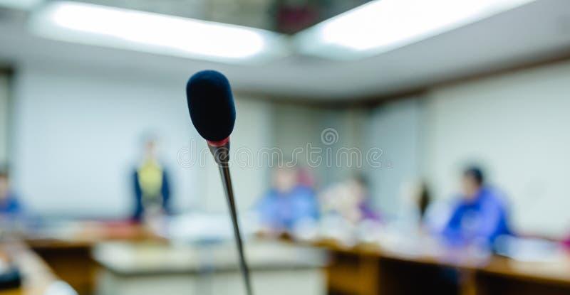 Weichzeichnung von drahtlosen Konferenztischplattenmikrophonen mit undeutlicher Gesch?ftsgruppe in einem Konferenzzimmer, Mikrofo lizenzfreie stockfotografie