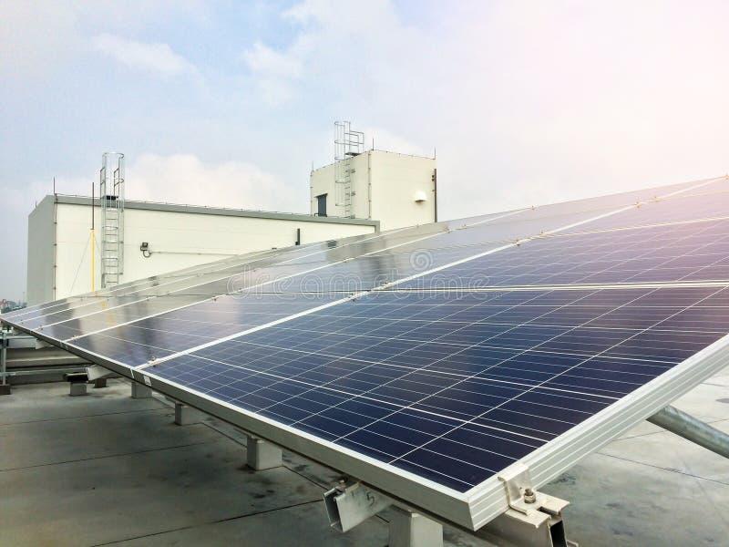 Weichzeichnung von Sonnenkollektoren oder von Solarzellen auf Fabrikdachspitze oder Terrasse mit Sonnenlicht, Industrie in Thaila lizenzfreies stockfoto